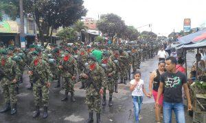 La lluvia no pudo con el desfile del Día del Ejército Nacional