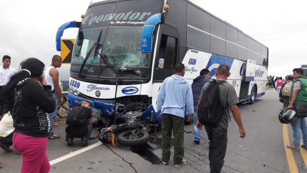 En accidente vía San Vicente Florencia, fallece militar