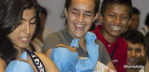 Con bebés robots, Florencia inicia la guerra contra el embarazo en adolescentes