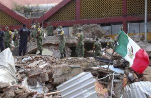 México amaneció en tinieblas rescatando sobrevivientes